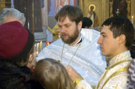 Причащение верующих после рукоположения в священники 4 января 2014 года.